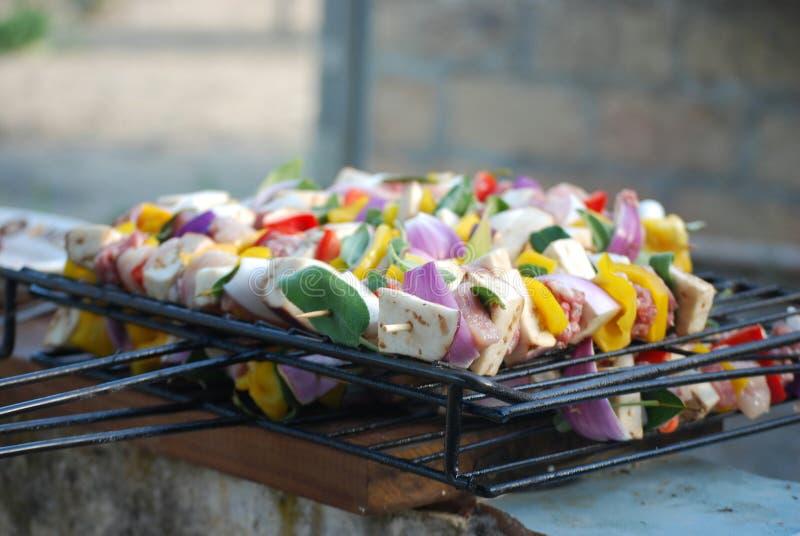 肉卷和混杂的菜细节在格栅 免版税库存照片