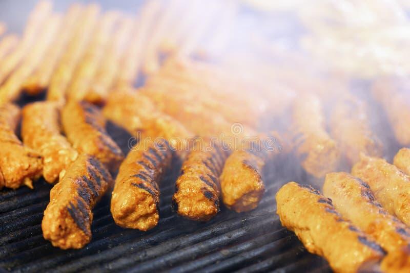 肉卷mititei,mici在是传统Balcanic的格栅 库存图片