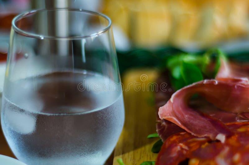 肉和其他起始者,各种各样的小盘, a的委员会 免版税库存照片