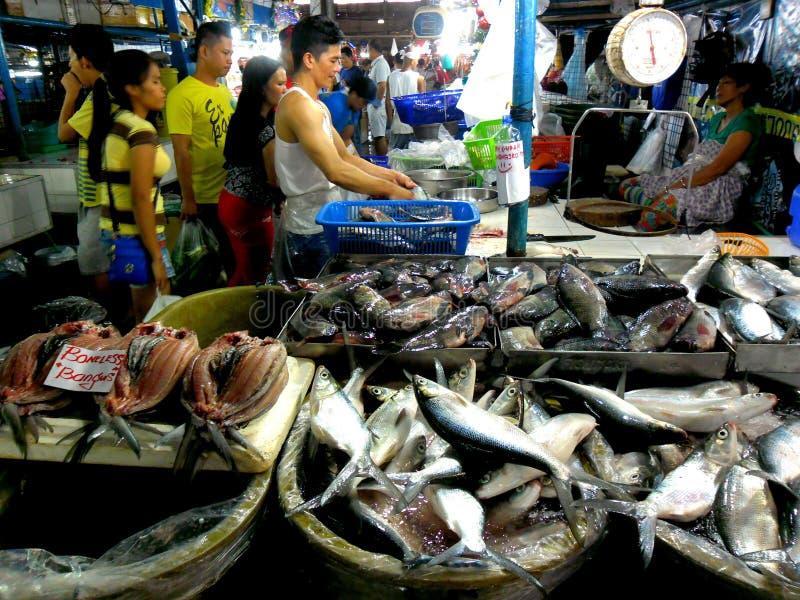 肉和鱼供营商在cubao,奎松市,菲律宾的一个湿市场上 免版税库存图片