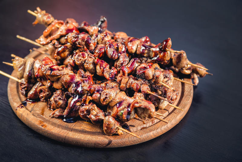 肉在格栅的kebab串,鸡心脏, 库存照片