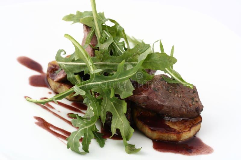 肉大奖章用与新鲜的芝麻菜的烤夏南瓜 库存图片