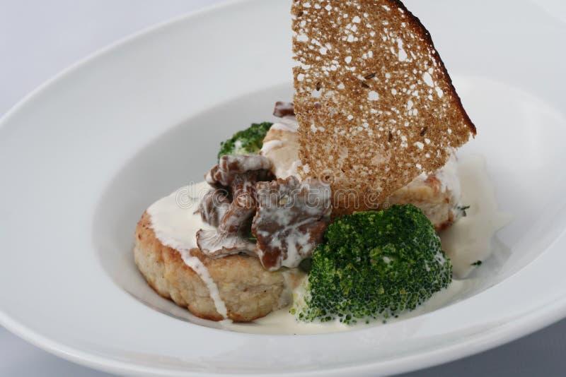 肉小馅饼用煮熟的硬花甘蓝蘑菇-黄蘑菇用白汁 库存图片