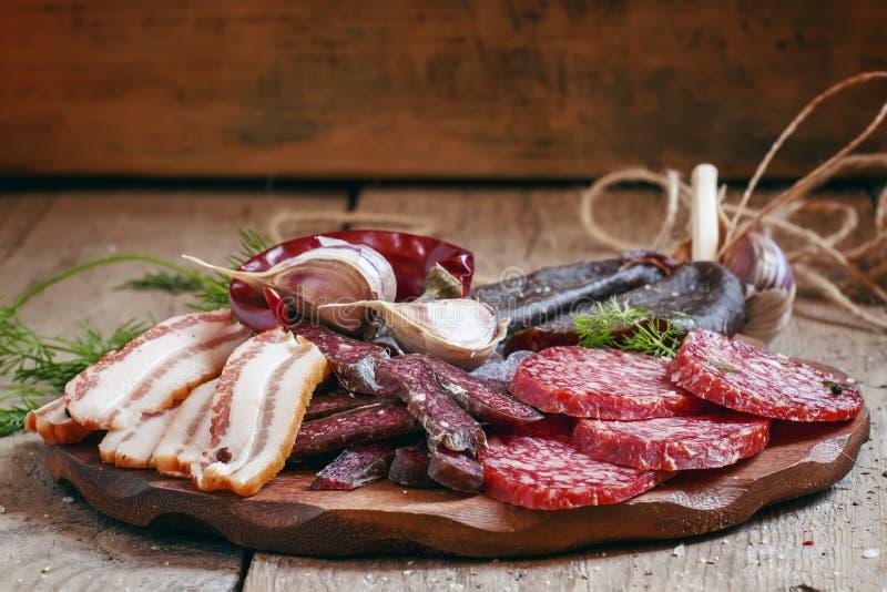 肉开胃菜盛肉盘用烟肉、熏制的香肠和蒜味咸腊肠 库存图片