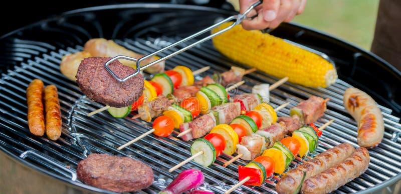 肉服务在板材的在烤肉期间 库存图片