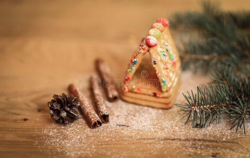 肉桂条和曲奇饼在圣诞节桌上 免版税库存照片