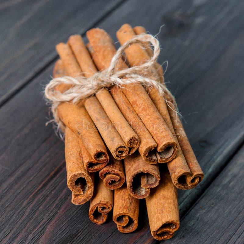 肉桂条和粉末在木桌上 库存照片