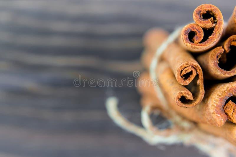 肉桂条和粉末在木桌上 免版税库存图片