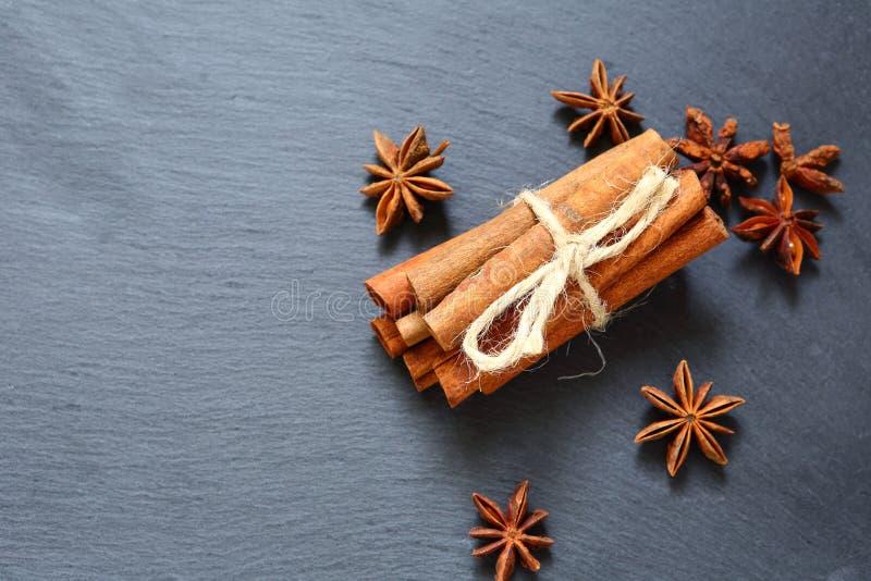 肉桂条和茴香 板岩背景 库存图片
