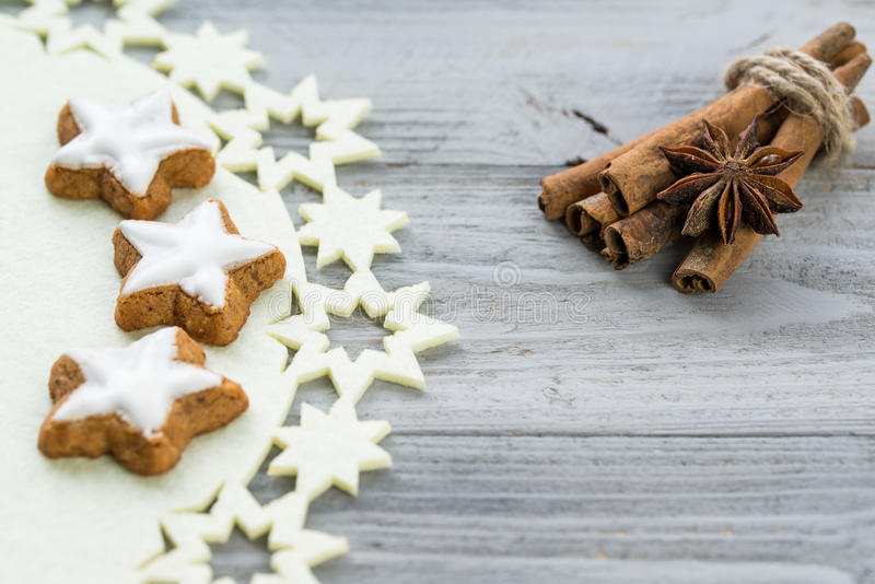 肉桂条用茴香星和桂香在木背景的星曲奇饼 免版税库存照片