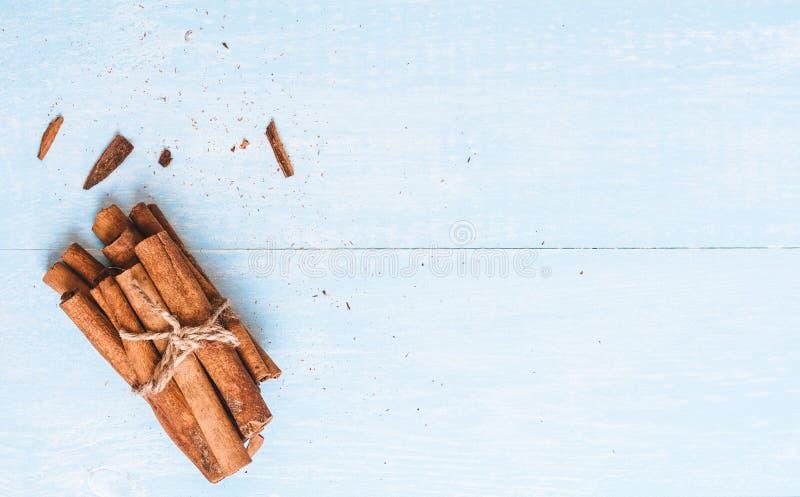 肉桂粉,棍子,栓与在老木背景的黄麻绳索,选择聚焦,文本的, instagram过滤器空间 免版税库存照片