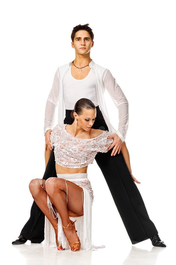 肉欲拉丁美州舞蹈家夫妇摆在。 隔绝 免版税库存照片