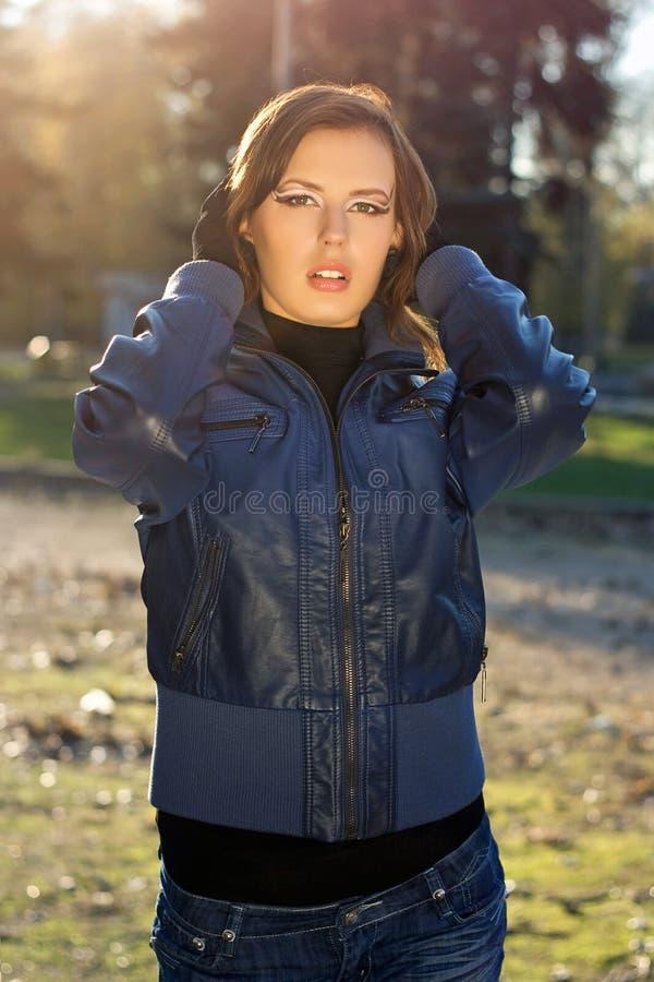 肉欲的女孩在秋天公园 库存照片