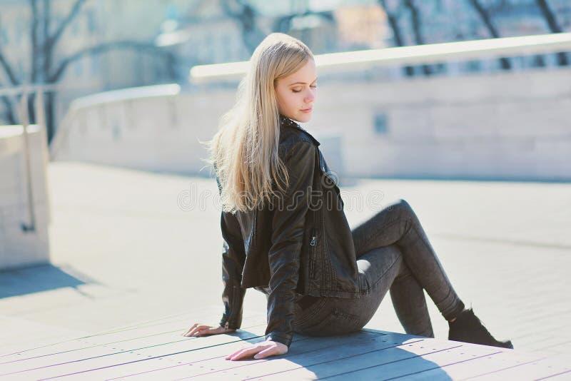 年轻肉欲的女孩白肤金发摆在城市 库存图片