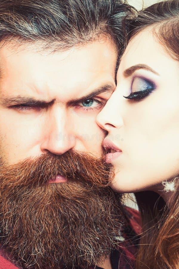 肉欲的妇女亲吻有胡子的人,爱 有构成皮肤的有长的胡子的妇女和行家 结合在爱和家庭 库存照片