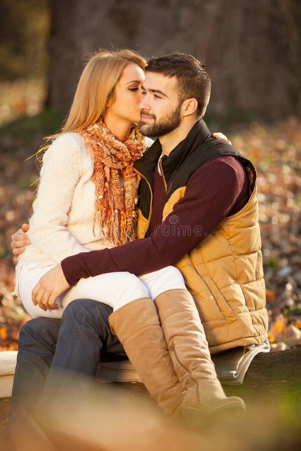 肉欲的室外画象年轻时髦时尚夫妇亲吻 库存照片