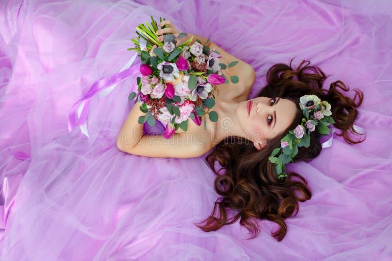 肉欲的美丽的深色的女孩画象紫色礼服的, wre 免版税图库摄影