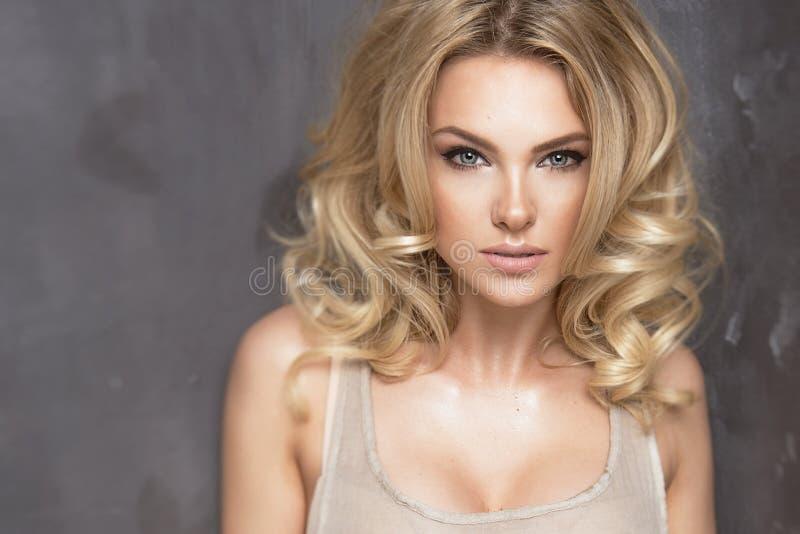 肉欲的美丽的白肤金发的妇女 库存图片