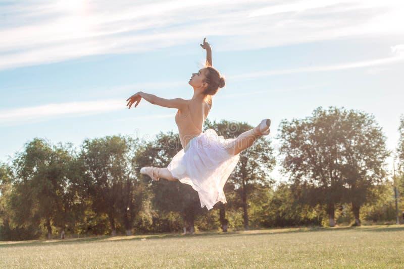 肉欲的芭蕾舞女演员本质上 免版税库存照片