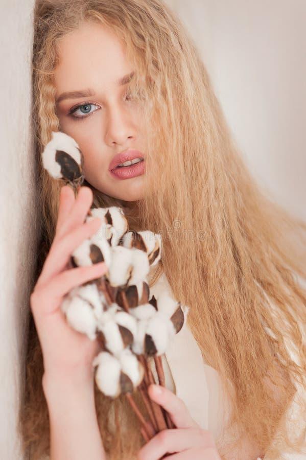 肉欲的苍白金发碧眼的女人画象  卷曲,健康皮肤,面孔纹理,卷曲,自然构成,棉花花画象  库存图片