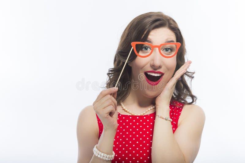 肉欲的滑稽的白种人深色的妇女画象有艺术性的眼镜的 库存图片