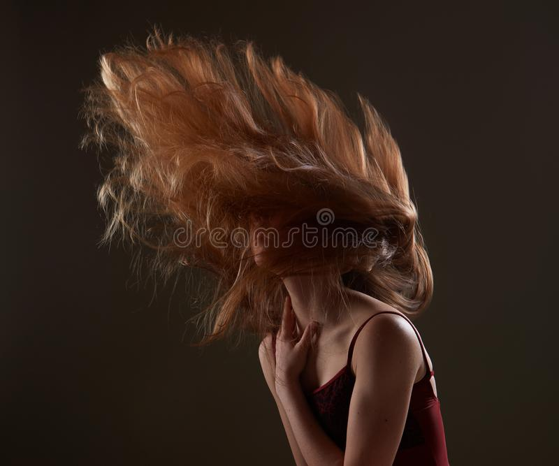 肉欲红头发人女孩摇摆头发 免版税库存图片