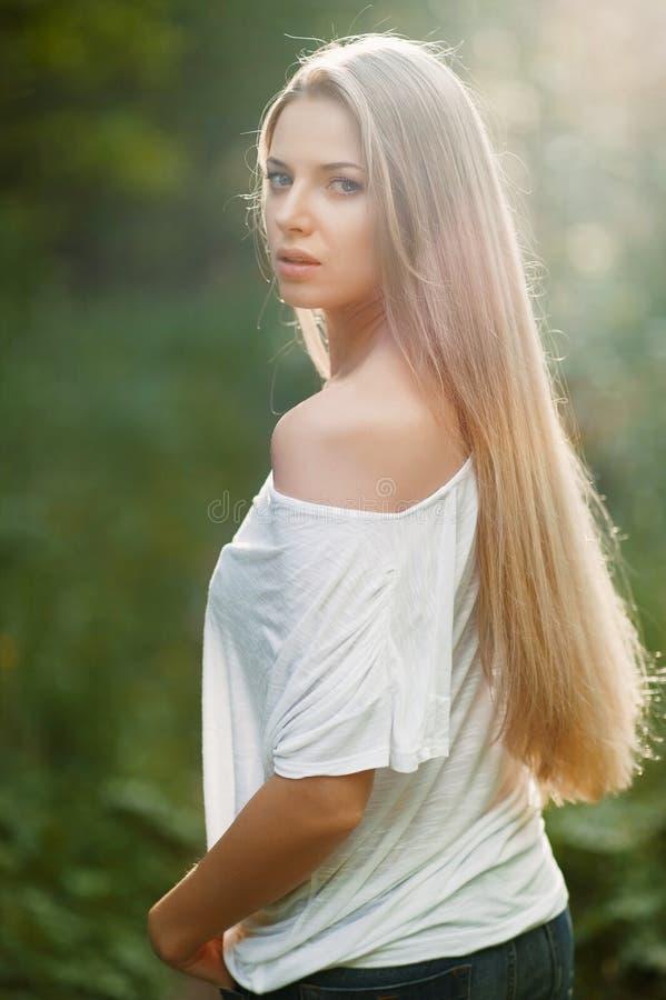 年轻肉欲&美丽的妇女画象 免版税库存图片