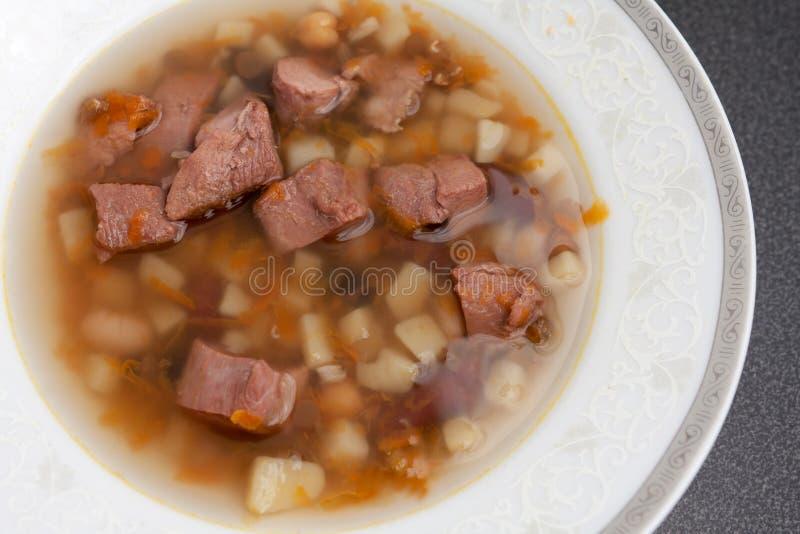 肉汤碗热内容丰富的汤 免版税库存照片