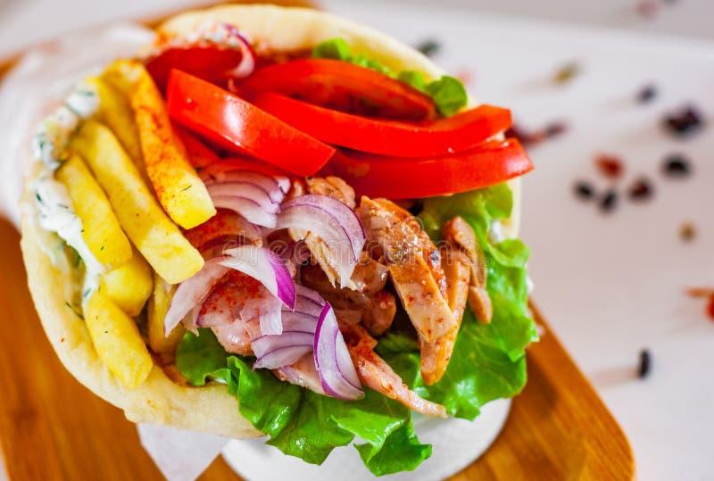 肉电罗经用tzatziki调味汁、菜、希腊白软干酪和薯条 图库摄影