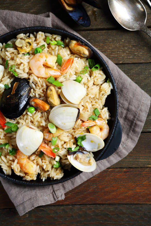 肉菜饭用海鲜和香料在平底锅 免版税库存照片