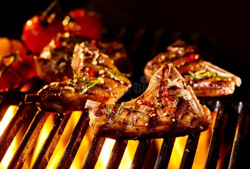 肉被烤在火焰下的羊羔炸肉排 免版税库存照片