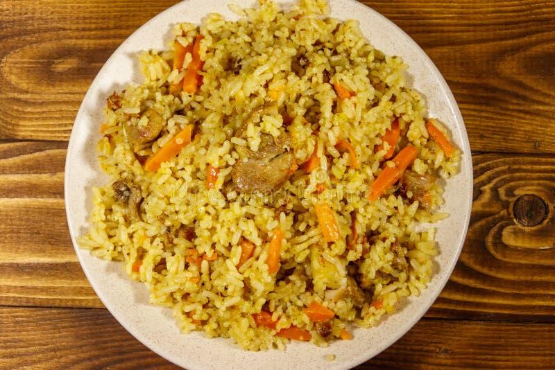 肉饭用肉、米、红萝卜和葱在一块板材在木桌上 r 图库摄影