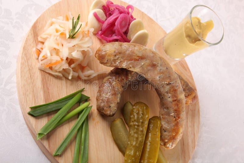 Download 肉香肠用腌汁和调味汁 库存例证. 插画 包括有 格栅, 野餐, 番茄酱, 酥脆, 饮料, 新鲜, 可口, 黄瓜 - 72361725