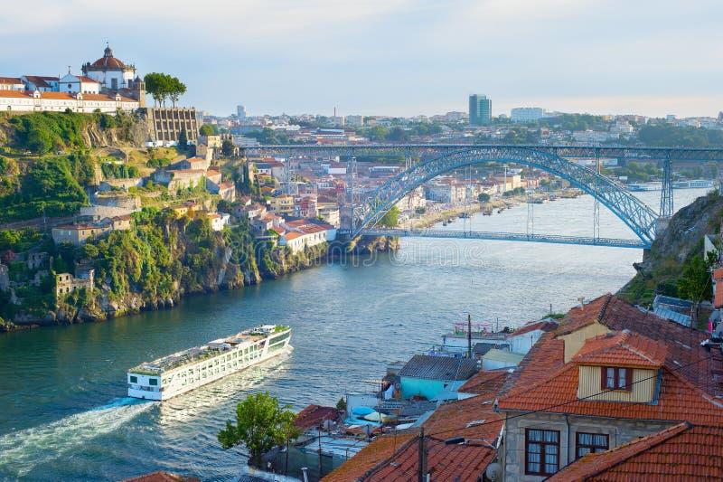 肋前缘巡航luminosa船 Douro河 波尔图 库存照片