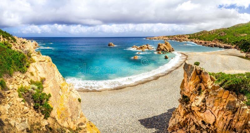 肋前缘的Paradiso,撒丁岛美好的海洋海岸线全景 图库摄影