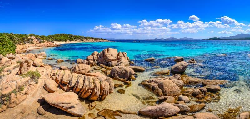 肋前缘的Smeralda,撒丁岛美好的海洋海岸线全景 免版税库存图片