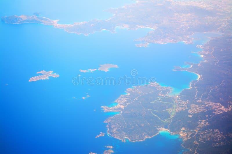 肋前缘smeralda海岸线鸟瞰图  免版税库存照片