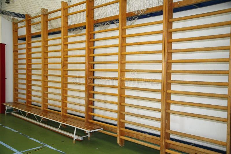 肋木特写镜头在一个高中体操大厅里 库存图片