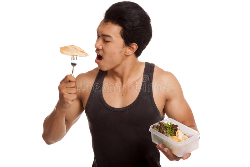 肌肉亚裔人吃在箱子的干净的食物 库存图片