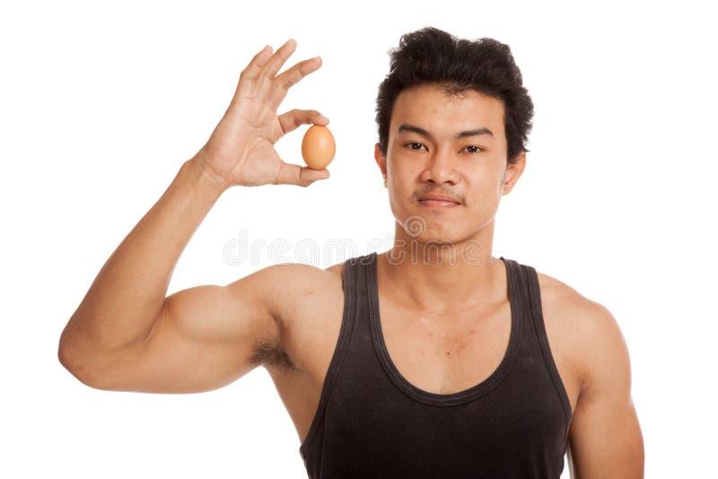 肌肉亚裔人用鸡蛋 免版税库存图片