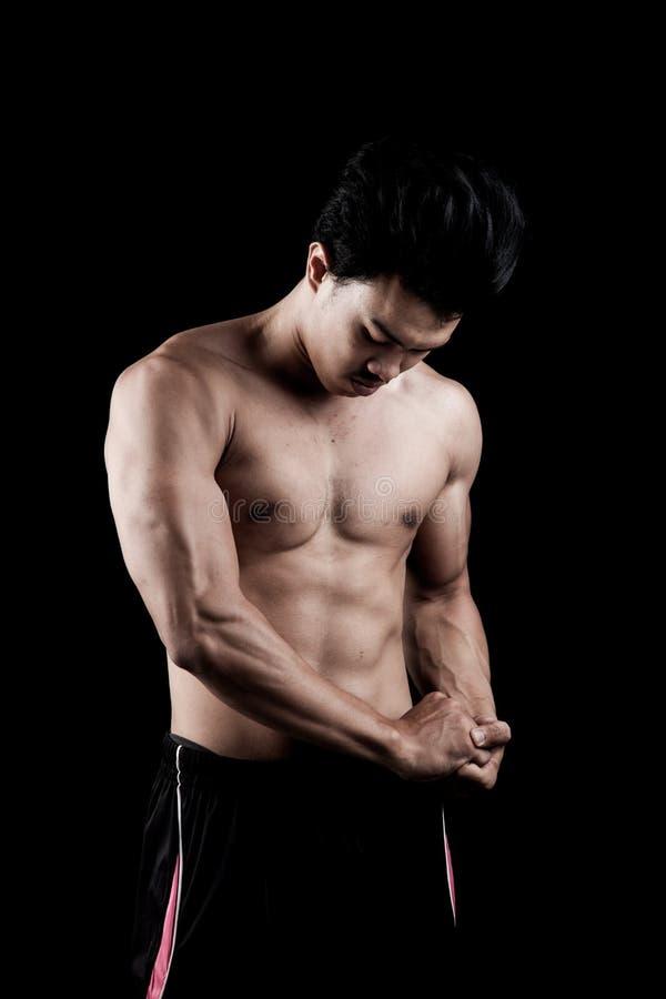 肌肉亚洲人展示他的身体 免版税图库摄影