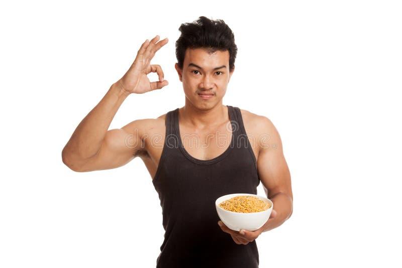 肌肉亚洲人展示OK用大豆 免版税图库摄影