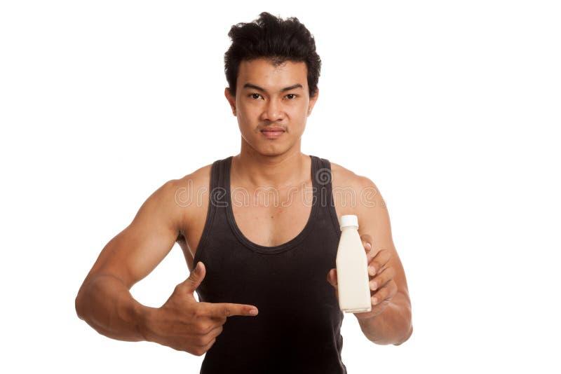 肌肉亚洲人赞许指向豆奶 免版税库存图片