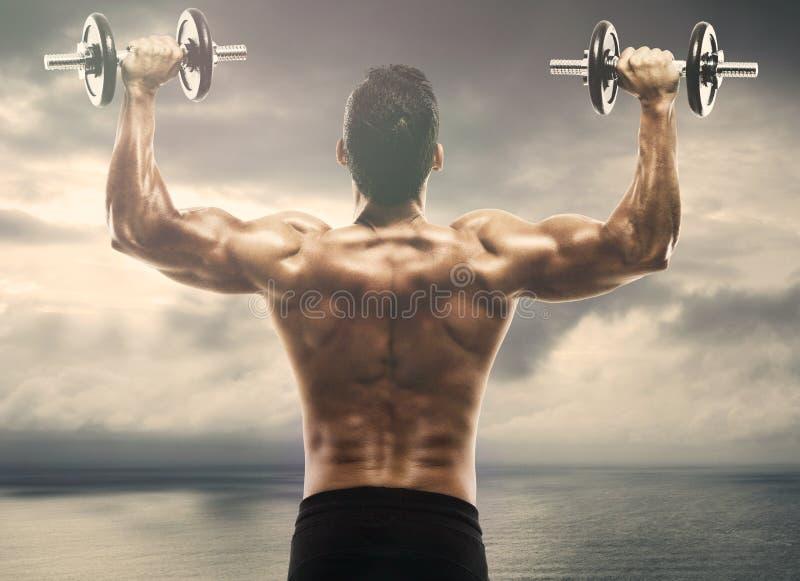 肌肉人举的重量 库存照片