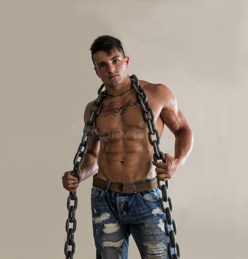 肌肉人赤裸上身与重,大重金属的链子 免版税图库摄影