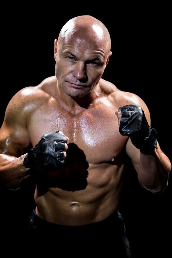肌肉人画象有战斗的姿态的 免版税库存图片