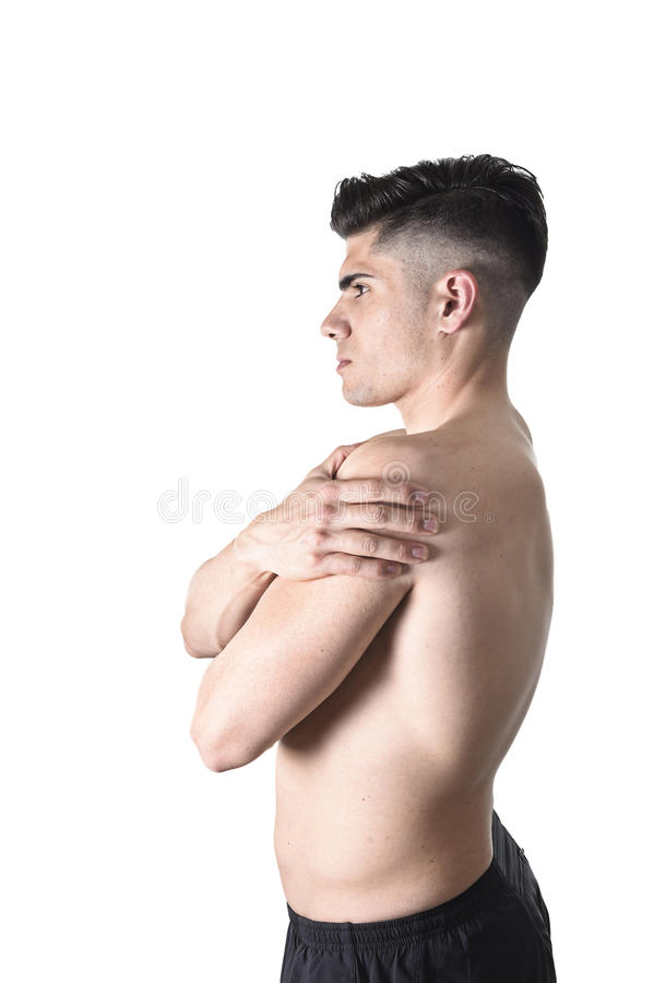 年轻肌肉体育人在痛苦中的拿着疼痛肩膀接触按摩在锻炼重音 免版税库存图片
