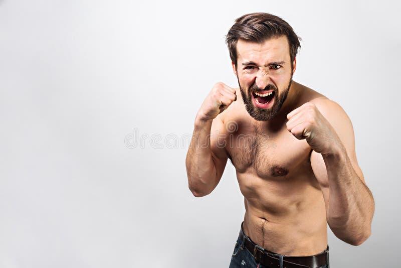 肌肉和英俊的人在防御位置站立 他准备战斗或防御  人看得非常 库存照片