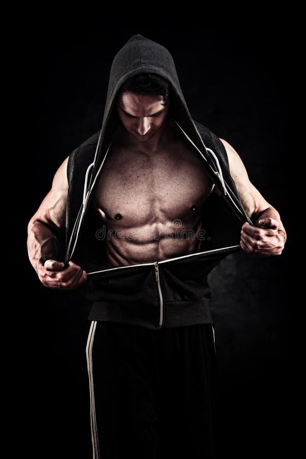 肌肉和适合的年轻摆在ove的爱好健美者健身男性模型 图库摄影