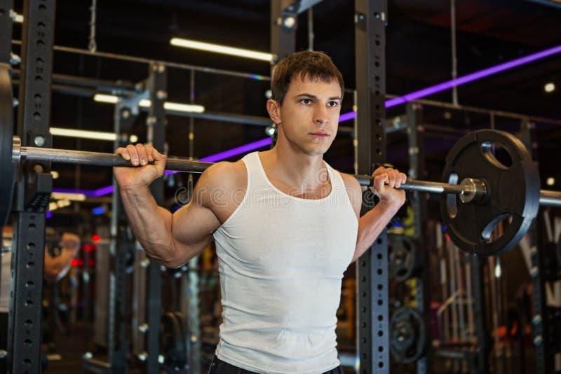 肌肉年轻健身炫耀人 库存照片